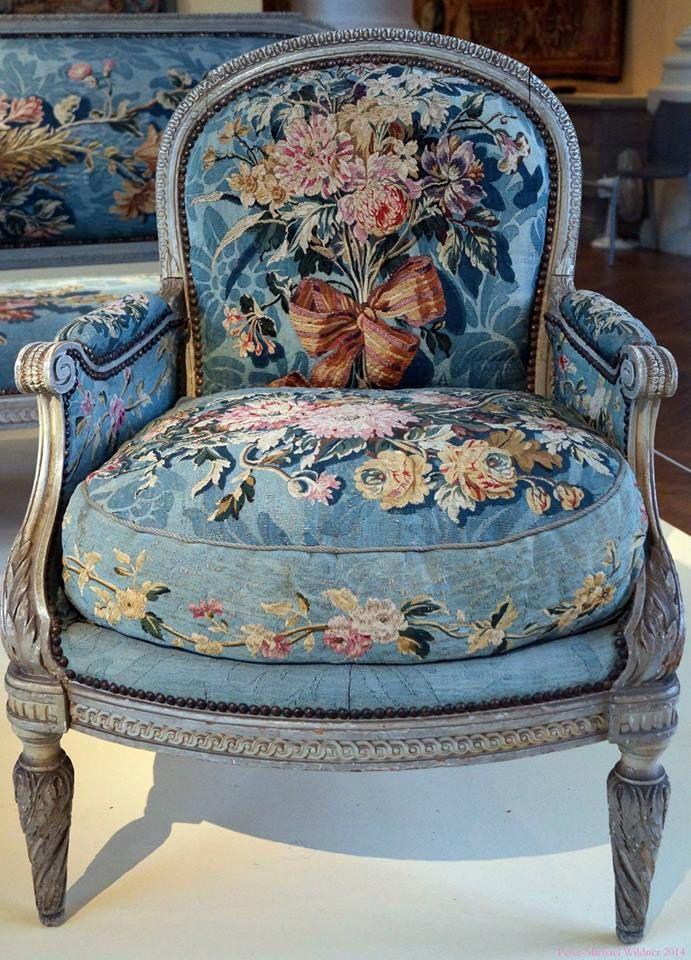 Sillón francés Luis XVI pintado y ricamente tapizado