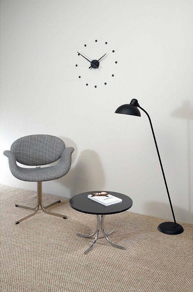 Часы Oj черные работают точно и бесшумно благодаря надежному кварцевому механизму. Их необычный лаконичный дизайн будет уместен как в модной гостиной, так и в просторном фойе офисного центра. Длинные черные стрелки, необычные круглые диски, которые вместо цифр крепятся к стене – эти детали придают часам особый шик. В сочетании с мебелью в строгом лаконичном исполнении часы станут центральным элементом в интерьере. Заказать в интернет-магазине Филдс со скидкой 500 руб. на первую покупку.