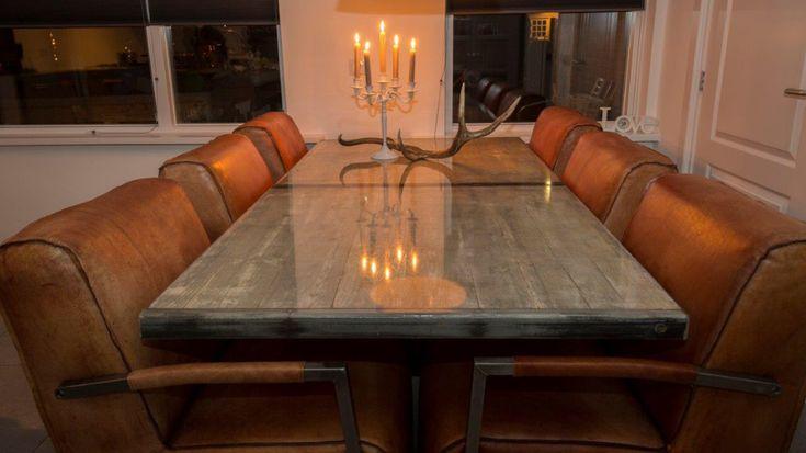 Steenschotten tafel afgewerkt met epoxy. Kleur: betonlook Bestellen via www.wendeldesign.nl
