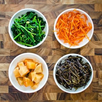 ビビンバや韓国料理屋さんでおなじみのナムル。「ナムル」とは、塩茹でした野菜や山菜、野草をごま油と調味料で和えたもの。たくさんの小皿が目にも楽しい韓国の家庭料理のひとつです。