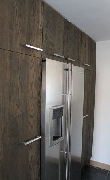 Verouderde ruwe deuren gemaakt van eiken hout, gebaseerd op ikea keuken kasten en laden.