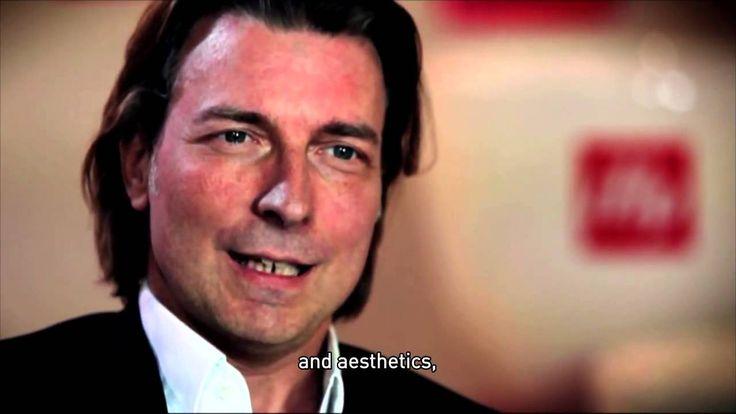 Bellissima video-intervista a Carlo Bach direttore artistico di Illy Caffè ..... tutti gli oggetti di fondo che si vedono nel video, i Display, le Tazzone, il Chandelier, sono ©VISUALDISPLAY