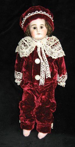 «Костюм и берет для антикварной куклы»  Автор: Елена Елагина  Размер: 35 см  Материал: Бархат, антикварные кружева  Единственный экземпляр  ...