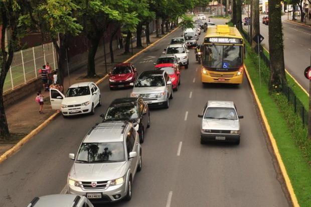 Carros parados sobre corredor de ônibus voltam a causar transtornos na avenida JK, na região central de Joinville +http://brml.co/1MJ66wd