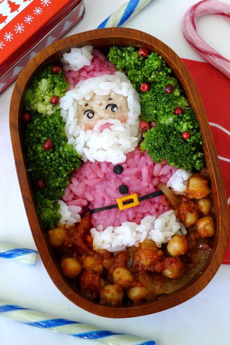 Bento père Noël avec recette ois chiches aux garam masala Pour 2 personnes: 260g de pois chiches en boite (égouttés et rincés) 1 oignon émincé 1 gousse d'ail 230g de tomates pelées en boite 1 cuillère à soupe rase de garam masala 1 cuillère à soupe d'huile végétale Emincer l'oignon et l'ail, couper les tomates en petits morceaux (garder le jus). Chauffer l'huile dans une poêle et faire revenir l'oignon et l'ail pendant 5 minutes. Ajouter les tomates avec le jus, les