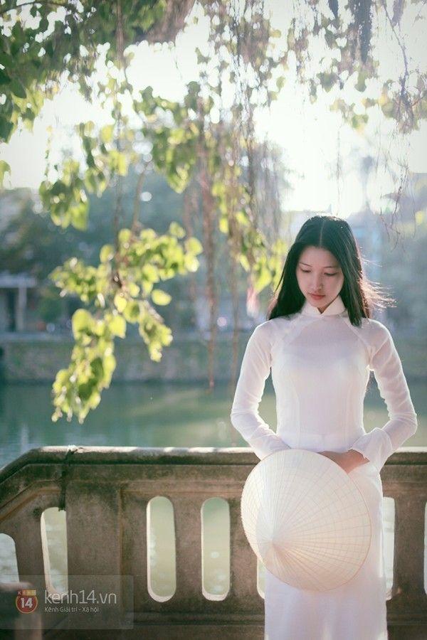 Nữ sinh Huế đẹp dịu dàng trong tà áo dài    Chủ nhật, ngày 24 tháng hai năm 2013  Huế và con gái Huế từ lâu đã là hình ảnh quen thuộc trong các câu thơ ca đầy tính nghệ thuật.   Trong lòng những ngườiyêu Huế mỗi lần nhắc đến Huế là sẽ nghĩ ngay đến nét đẹp dịu dàng pha lẫn chút trầm tư.      Read more: http://lukhachdemit.blogspot.com/2013/02/nu-sinh-hue-ep-diu-dang-trong-ta-ao-dai.html#ixzz2NuFvhxVD   Under Creative Commons License: Attribution Share Alike