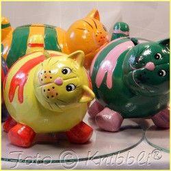 #Keramik #Spardose #Katze #Gelb #Orange #Rot - jetzt bei #Knibbli auf Knibbli.com  - die Katze als #Sparschwein liegt gut in der #Hand und ist total #knuddelig anzuschauen - farblich passendes #buntes #zuckersüßes #Gesicht  Ein #Kätzchen #Geschenk mit #Zweck für viele #Anlässe und auch noch eine so #niedliche #Deko in vielen #Räumen.