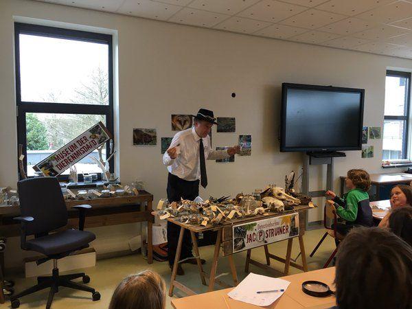 Natuurdetective Jac P maakt leerlingen van t Bijenveld wildenthousiast als opening van Omgaan met natuur