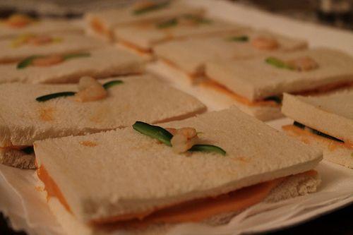 Aperitivo con tartine ripiene di zucchine, salmone e salsa gamberi #km0