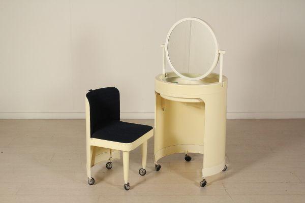Toeletta con specchio; materiale plastico. Buone condizioni, presenta piccoli segni di usura.