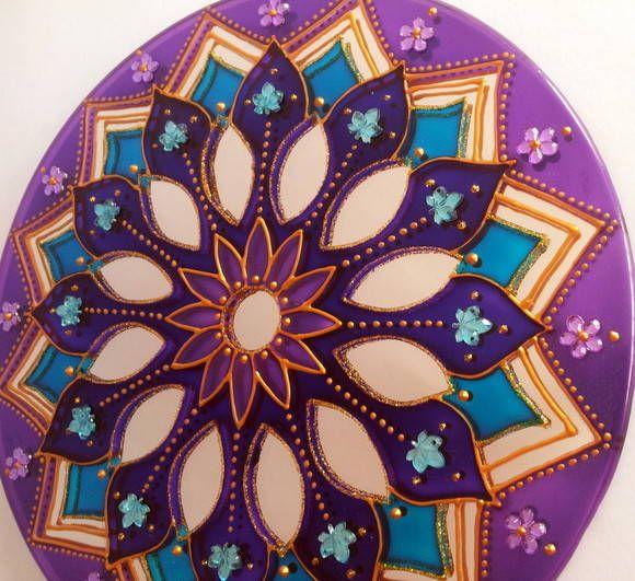 Espelho de 20cm de diâmetro, pintura vitral, decorado com pedrinhas acrílicas. O formato das pedrinhas pode mudar, conforme o estoque. Mandala em sânscrito significa circulo. Elas têm a propriedade de nos prender a atenção, de nos convidar a introspecção. Observando sua simetria nos tranqüiliza...