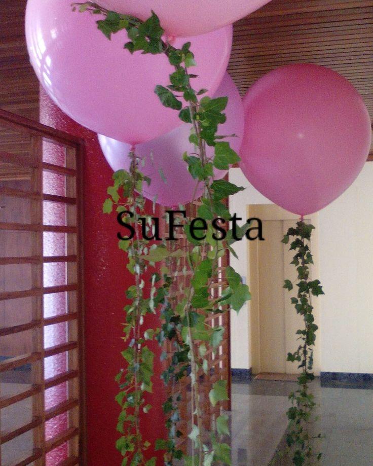 Decoração com balões e trepadeiras