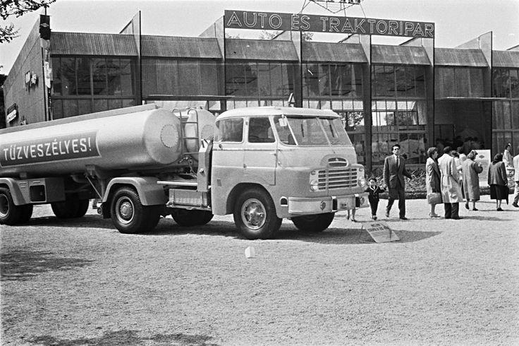 1960 orig: ERKY-NAGY TIBOR MAGYARORSZÁG BUDAPEST XIV. VÁROSLIGET Budapesti Ipari Vásár. Csepel D-705 típusú nyergesvontató.