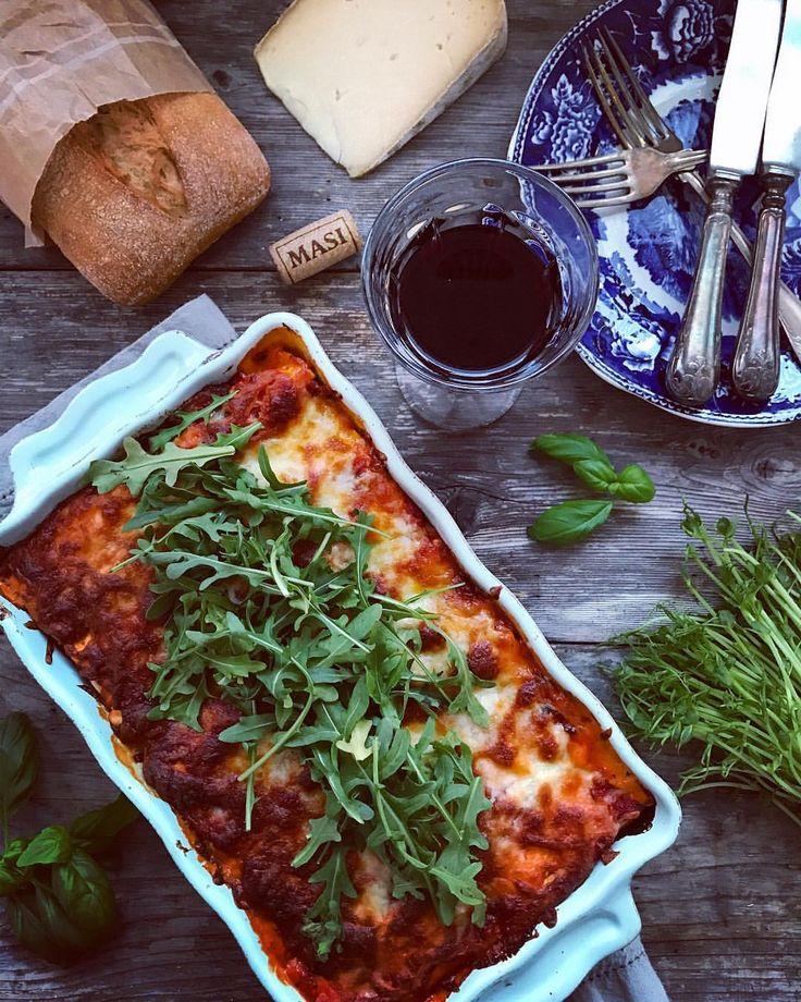 En god fylld pasta med parmaskinka, färskost ricotta basilika och ruccola. Ett glas rött vin MASI, som pricken över i! - RECEPT Italiensk Cannelloni 4 pers: Fyllning till färska lasagne-plattor:  200g Philadelphia mjukost 2dl créme fraîche/kvarg 1 dl ricotta ost/keso 1 stor näve hackad ruccola en kruka basilika  ca 10 skivor parma/skinka, strimlad grovmalen svartpeppar flingsalt 6 lasagneplattor som delas på mitten