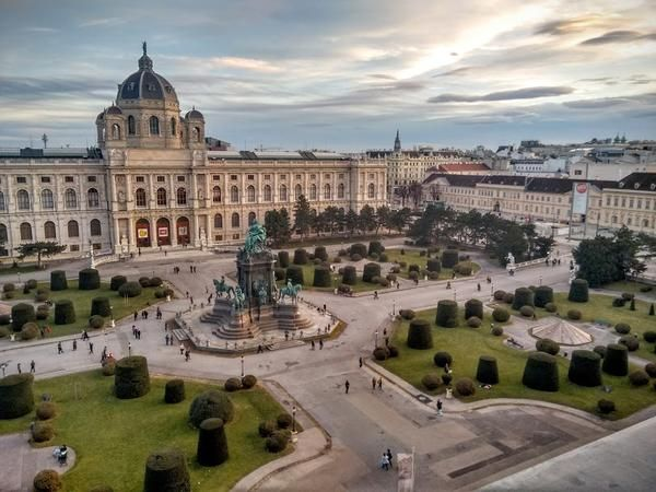 Blick auf den Maria-Theresiaplatz zwischen Kunsthistorischem Museum und Naturhistorischem Museum, Wien