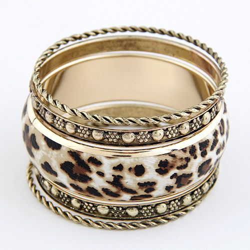 Pulseras color bronce y animal print, conjunto. $4.500