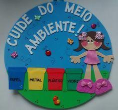 Placa de porta confeccionada em EVA para decorar a porta da sala de aula no dia do meio ambiente.    O círculo que serve como base tem 30 cm de diâmetro.