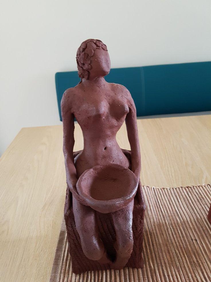 Keramikkdame med bolle.