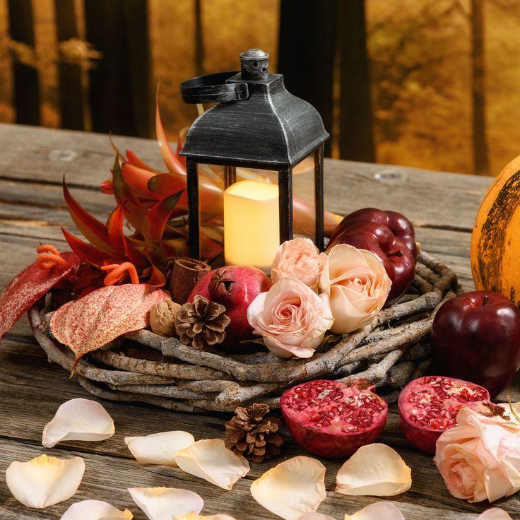 Idea Centrotavola per l'Autunno: corona di liana con petali di rosa e una lanterna nero antico con candela led