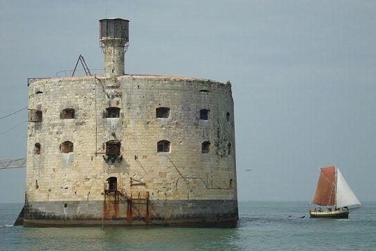 Un fort perdu au milieu des flots, un palais présidentiel, un château aux grilles définitivement closes... Ces édifices semblent si inaccessibles qu'ils suscitent notre convoitise et notre curiosité. Quels sont ces lieux que vous rêvez de visiter ?