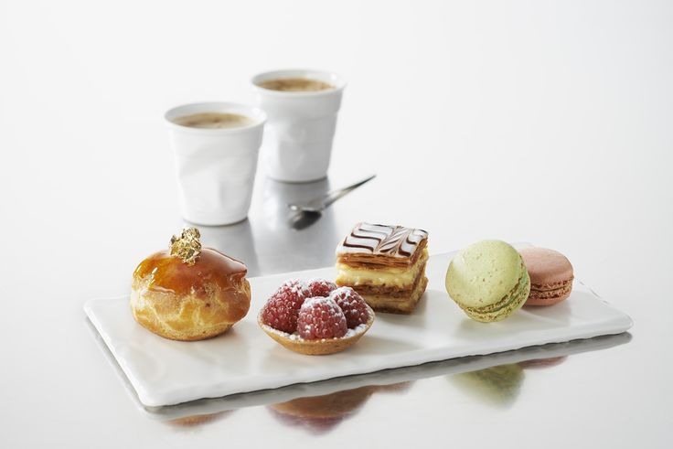 On craque pour ces mignardises sur planche Basalt, accompagné des Gobelets froissés. Tasses et planche en porcelaine réalisées à la main en France. We love these delicacies sweets on board Basalt , accompanied by cups crumpled . Cups and plate porcelain handmade in France .