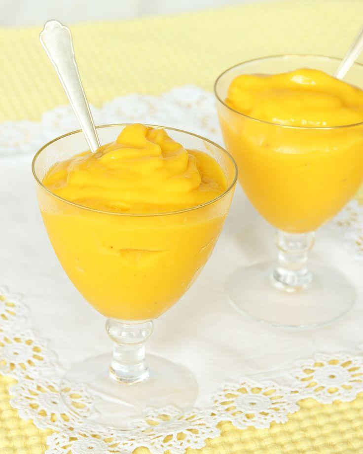Nyttig och ljuvligt god, len glass helt utan tillsatt socker. 2 portioner 225 g frysta mangobitar (1 paket) ½ fryst banan ½–1 dl naturell mild yoghurt (eller mjölk)