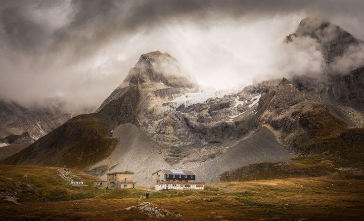 Le refuge du Col de la Vanoise et l'ancien refuge Félix Faure sont un refuge situés en France en Savoie.  Ils appartiennent au Club alpin français (CAF) de la Vanoise.    Ils se situent au pied du Glacier de la Grande Casse.
