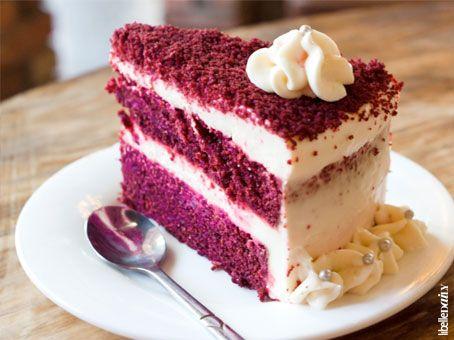 Als ze ergens weten wat vet (en) lekker is, dan is het in Amerika. Deze traditionele red velvet cake is een taart met roodgekleurde chocolade cake, een glazuurlaag van witte chocolade én roomkaas. Eén plakje: slechts  450 calorieën. Maar ook deze goddelijke lekkernijen blijven helaas je dijen plakken. http://www.libelle.nl/actueel/anti-dieet-dag