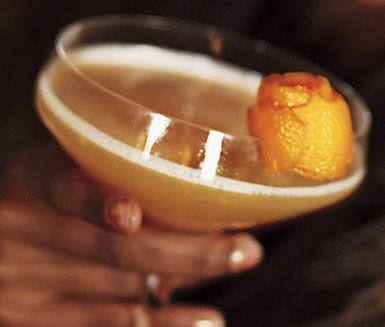 Charmerande drink med konjak, Amaretto, citronjuice och kanelsockerlag. Garnera din drink med en bit tunt apelsinskal. Denna drink passar utmärkt att servera efter middagen, gärna i jultider.