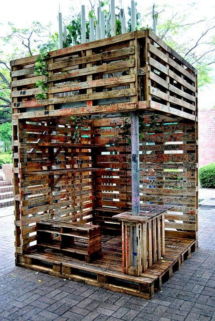 10 Creative Uses for Old Wood Pallets: Outdoor deck of sorts
