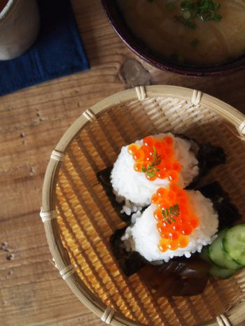 Ikura Onigiri, Japanese Rice Ball Topped with Salmon Caviar いくらのおにぎり