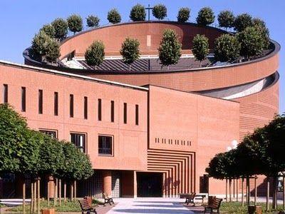 Mario Botta, Cathedral of the Resurrection in Evry, inna forma, nie jest strzelista, pokazanie przyrody-zielony dach, zagranie cegłą i montumentalizmu we wnętrzu, nawiązuje do historii jednak współczesny
