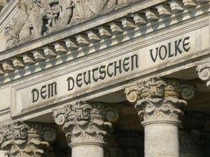 """Reichstagsinschrift """"Dem Deutschen Volke""""  Die lustigen Politiker, daß die Inschrift nur ein Scherz ist, habe ich erst vor kurzem verstanden. Ich habe das doch glatt geglaubt... hehe... Irren ist menschlich... Betrügen ist offensichtlich nur politisch... Napoleon hatte dann wohl recht behalten, der kleine Franzose, obwohl gebürtiger Italiener. Wer will schon den Vatikan, bzw. Papst, die mehrfaltige Hochfinanzlichkeit zum Nachbarn. Jede 3. Immobilie in Italien gehört dem Vatikan Staat."""