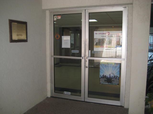 puerta comercial aluminio color natural de pulgadas vidrio claro de mm