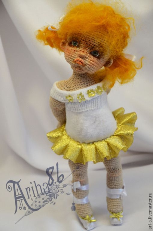 Купить или заказать Кукла вязаная Маринка-балеринка в интернет-магазине на Ярмарке Мастеров. Капризная маленькая девчёнка, которая очень хочет стать знаменитой балериной,... но пока у неё не очень получается. Рост 23см.(на носочках). Связана крючком, нитки хлопок. Проволочный каркас.Самостоятельно не стоит (только на подставке) Волосы -шерсть. Одежда не снимается..Тонировка масло .Наполнитель синтепон.…
