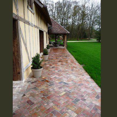 Terrasse réalisée avec des briques anciennes de récupération (format : 5 x 11 x 22 cm), chez Vestiges de France.