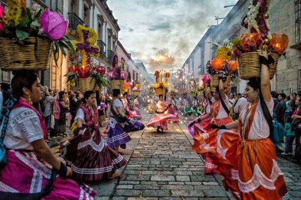 Convite anunciando las festividades de la Guelaguetza en Oaxaca, Constantino Ruiz Bautista. Lo Hecho en México I México en una imagen, 2015.