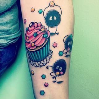 Esta divertida fiesta en el brazo con duendes de polvo y chispas. | 27 Tatuajes de Studio Ghibli que traerán de vuelta a tu niño interior                                                                                                                                                                                 Más