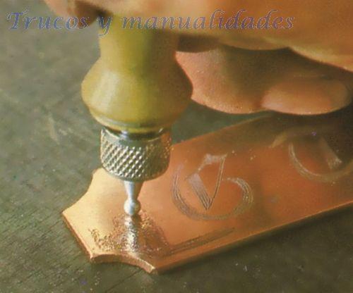 Cómo se graban los metales de oro plata cobre latón, aluminio acero inoxidable. Para grabar metal se requiere únicamente emplear los útiles y herramientas