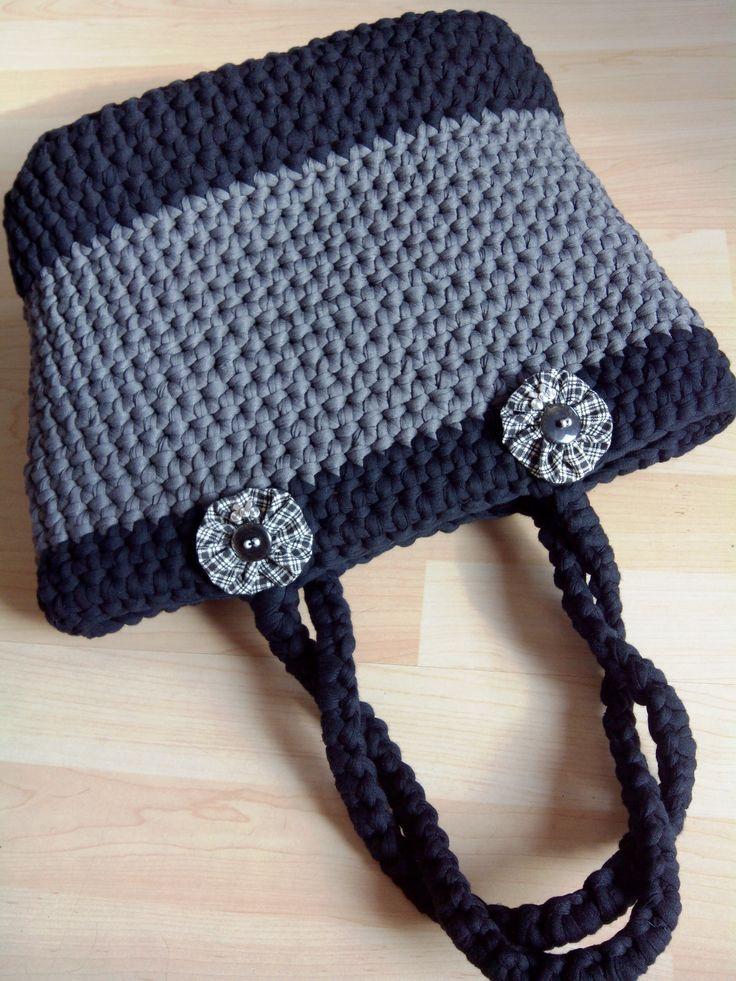 bolsa hecha con trapillo en colo negro y gris detalle de dos broches con imperdible