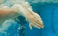 Natation – Crawl Ricochets Comment optimiser l'entrée de la main dans l'eau? Les élèves expérimentent avec cet exercice différentes positions des bras et des mains pour en dégager les avantages et les inconvénients.