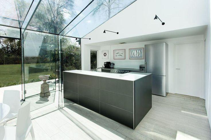 cocina exterior con cerramiento de vidrio, isla con fregadero, suelo parquet