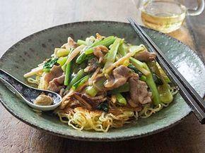 栗原 はるみさんの豚切り落とし肉,小松菜を使った「豚肉と小松菜のあんかけ焼きそば」のレシピページです。食感よく、味よく仕上げるには、手際が大切!シャキシャキとした小松菜がおいしい。つくりたてを味わって! 材料: 中華麺、豚切り落とし肉、ねぎ、小松菜、ゆでたけのこ、干ししいたけ、しょうが、にんにく、A、水溶きかたくり粉、練りがらし、サラダ油、塩、黒こしょう、ごま油、酢