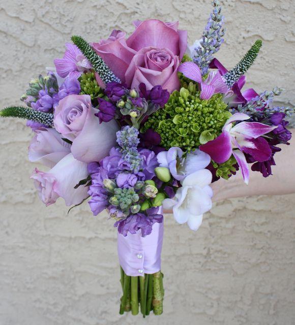 Este buquê tem uma variedade de violetas e combina com perfeição os caules e folhas verdes