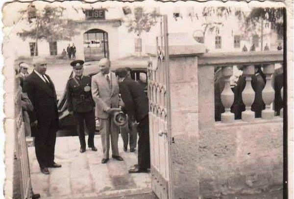 Malatya Atatürk Evi Girişi sağ baştaki kişi malatyanın ilk valisi ama ismini hatırlayamadım.