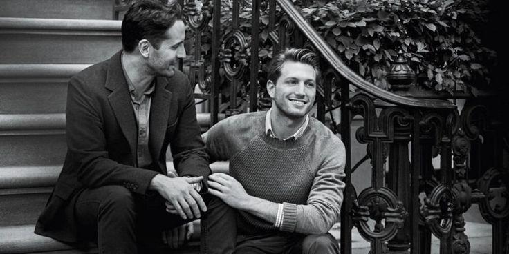 Svolta da Tiffany&Co. Per la prima volta nella sua storia, l'iconica azienda di gioielli ha scelto una coppia di gay per una campagna pubblicitaria sui gioielli dal titolo 'Will you'. Le immagini, scattate dal grande fotografo tedesco Peter Lindberg, mostrano 7 momenti di vita di coppie in diver