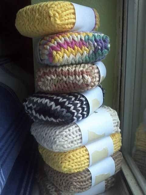 Besser mit Wolle statt mit Farn stricken, da beim Gebrauch die Wolle evtl. einfilzt und damit um die Seife straffer zu sitzen kommt
