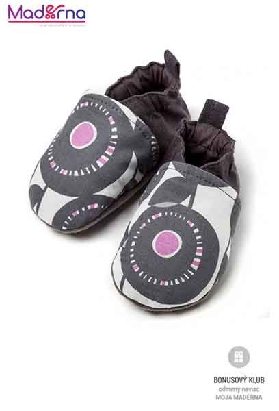Textilné capačky Liliputichránia malé nožičkypočas nosenia aj v kočíku aj v chladnejšom veternom počasí, pritom vďaka priedušnému materiálu sa v nich nožičky nepotia ani v najväčších horúčavách.