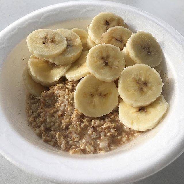 Quando o café da manhã do hotel tem cereais matinais, granola, leite, pão, croissant... E tu não tem certeza dos ingredientes: aveia com água (mingau) + fruta não tem erro! Café super nutritivo e sacia muito! #plantbased #veganfoodshare #veganismosimples