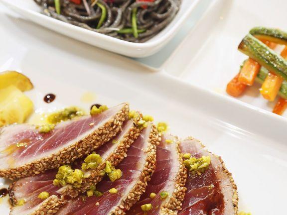 Kurz gebratener Thunfisch mit Pistazien ist ein Rezept mit frischen Zutaten aus der Kategorie Meerwasserfisch. Probieren Sie dieses und weitere Rezepte von EAT SMARTER!
